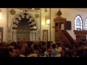 طرد الشيخ سالم عبد الجليل من مسجد الرحمن الرحيم وهتاف المصلون ضده قاتل قاتل قاتل